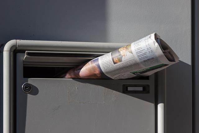 noviny, šedá schránka