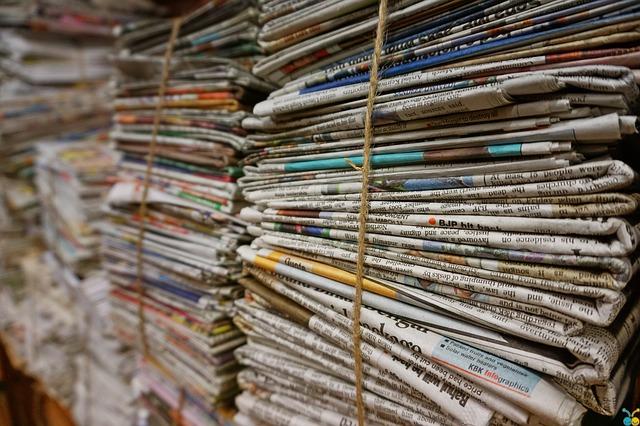 balíky novin, provázky