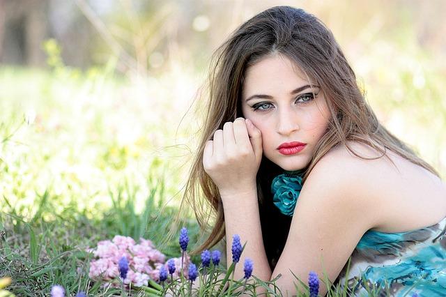 žena, modré květiny