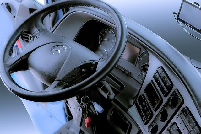 kabina kamionu, klíče, volant