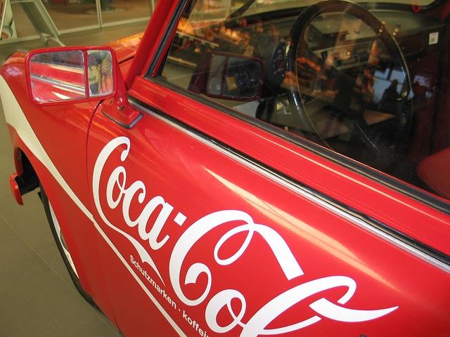 červené auto, polep coca-cola
