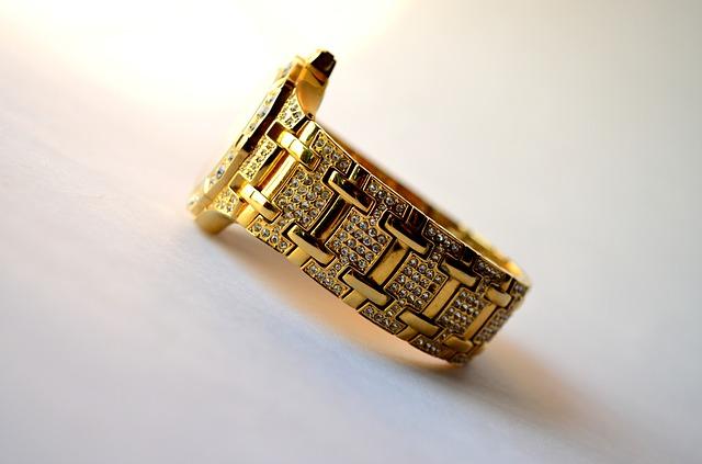 zlaté hodinky, kamínky