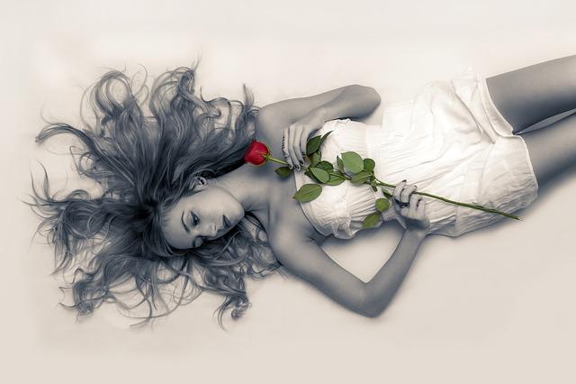 žena, bílé šaty, růže