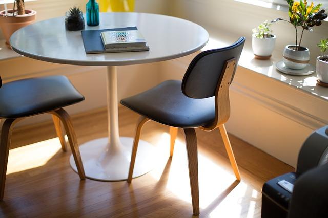 stolek, židle, květiny