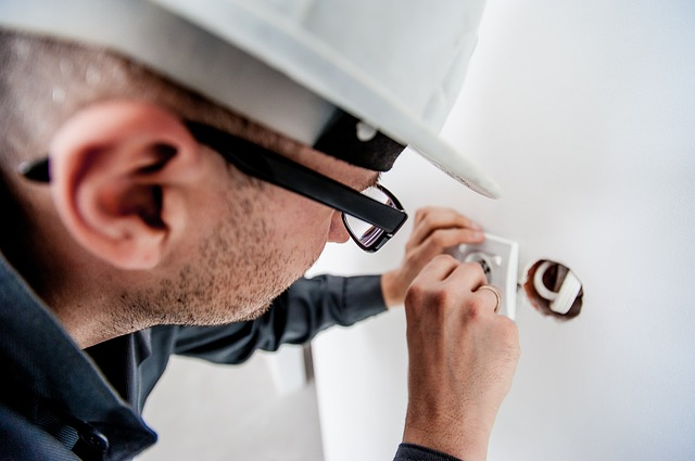 muž, brýle, čepice, instalace zásuvky