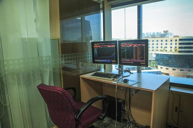 židle, stolek, monitory, výhled
