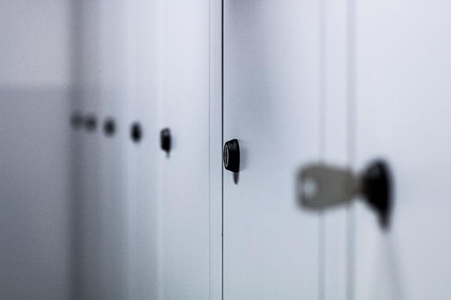 bílé skříňky, klíček