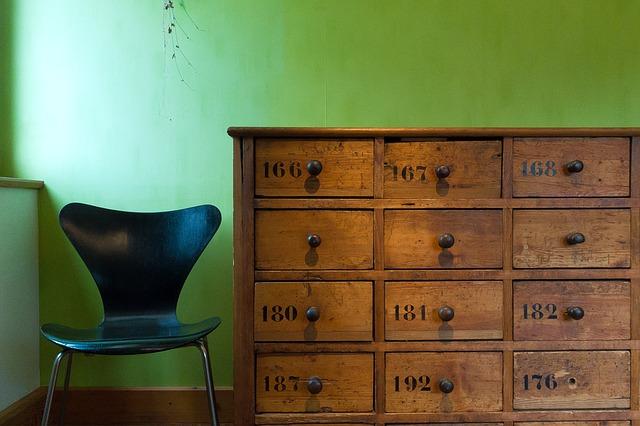 židle, dřevené šuplíčky