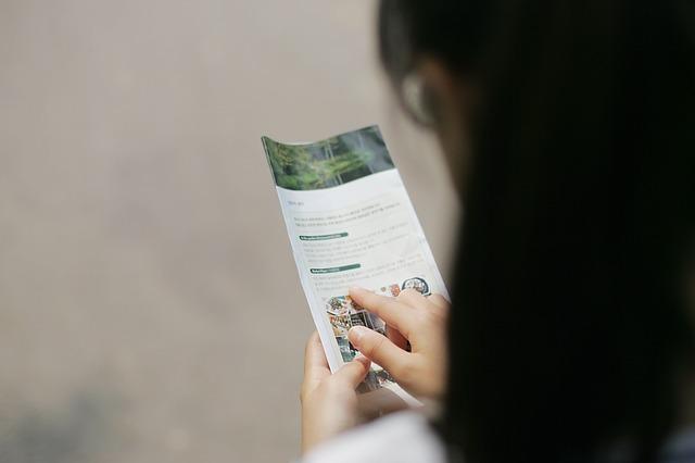 brožura v ruce