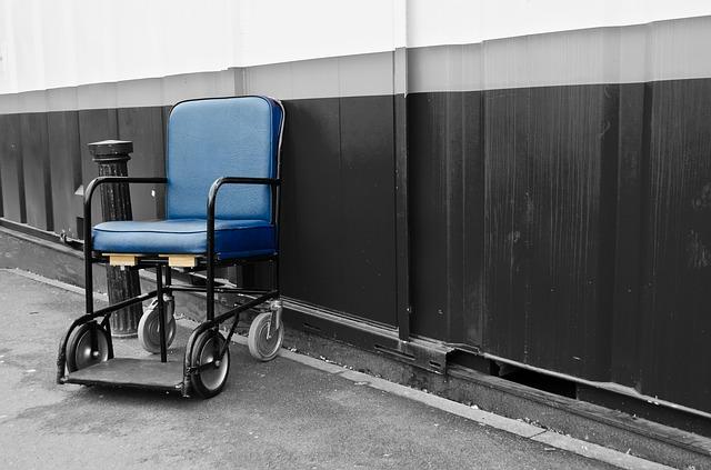 modrý invalidní vozík.jpg