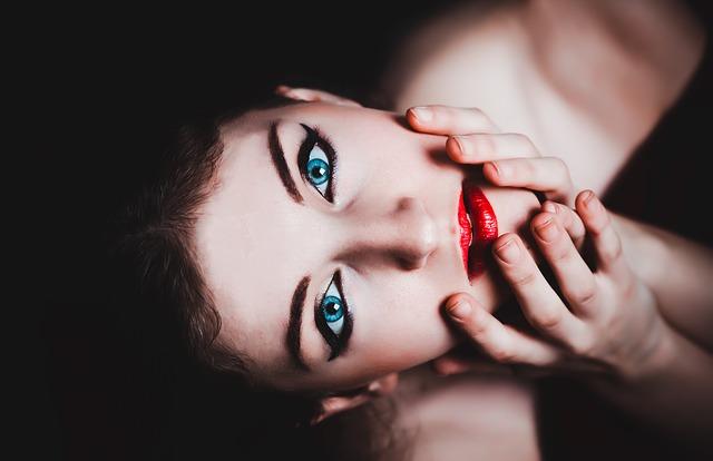 modré oči a červvené rty.jpg