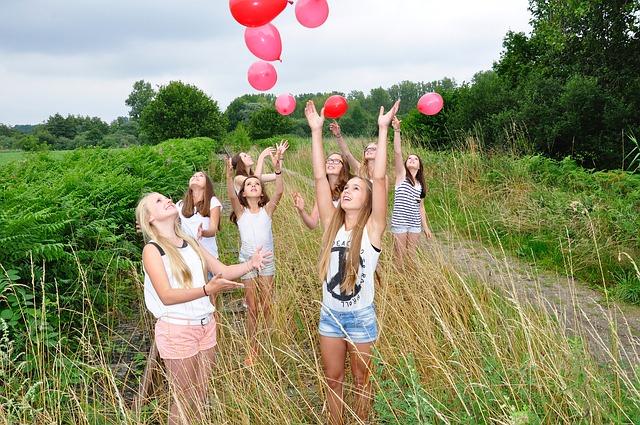 holky s balonkami