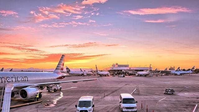 letadla u hangáru