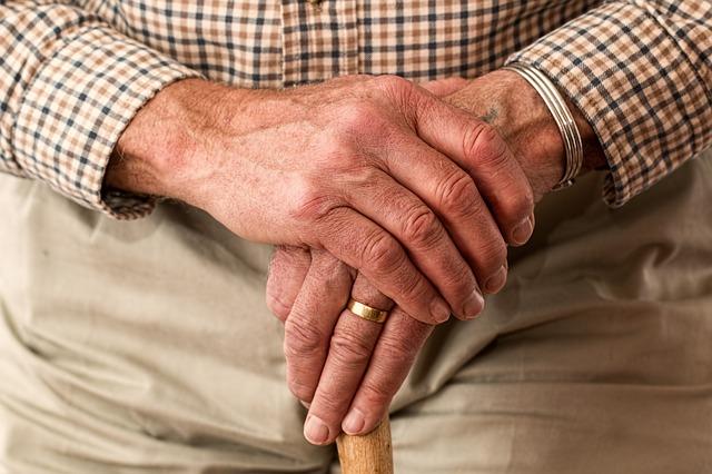 ruce starce na holi