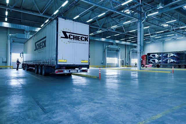 kamion ve skladu