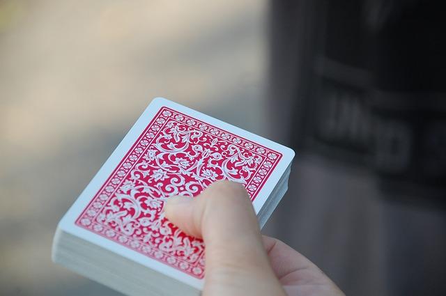 Detail ruky držící balíček karet
