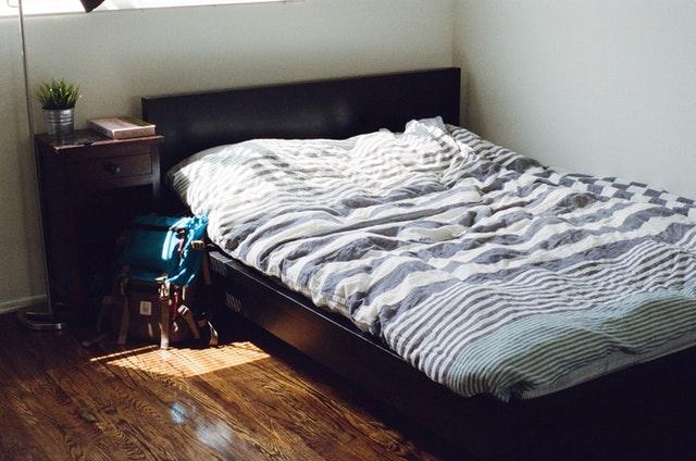 tmavá dřevěná postel, především pohodlná