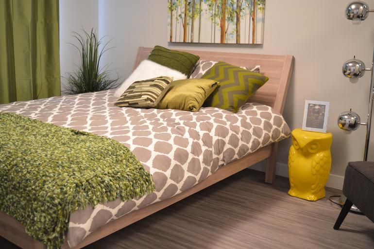 dřevěná pohodlná postel s čelem
