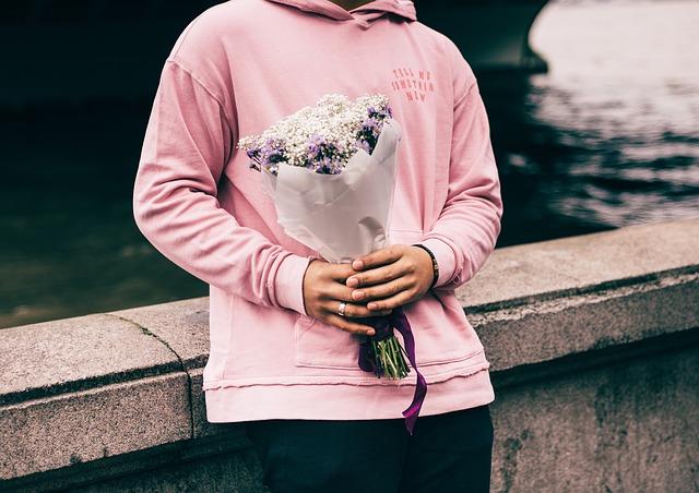 Osoba držící kytici pro nevěstu