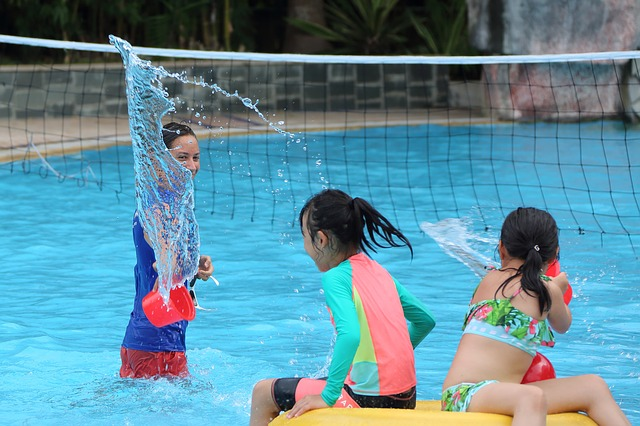 Děti dovádějící ve vodě