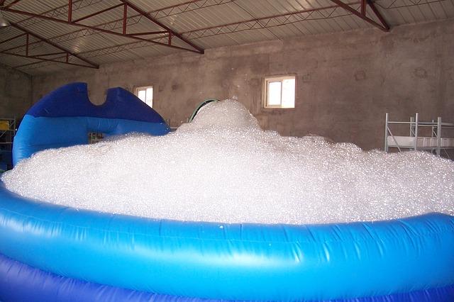 Napěněná voda v bazénu