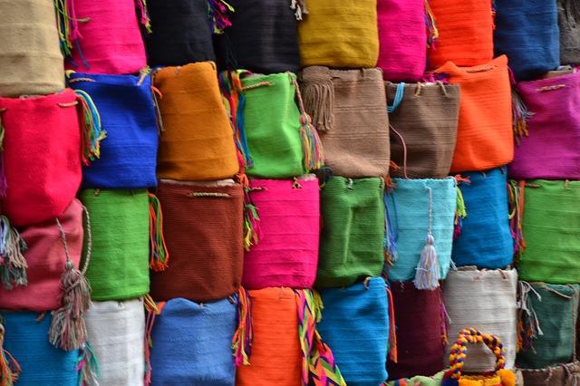 mnoho barevných tašek
