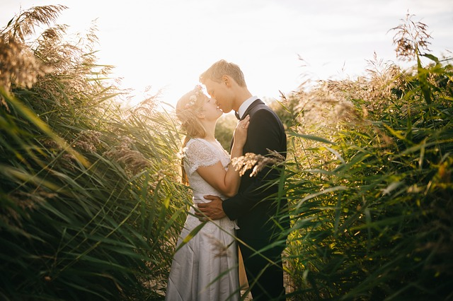 novomanželé v poli