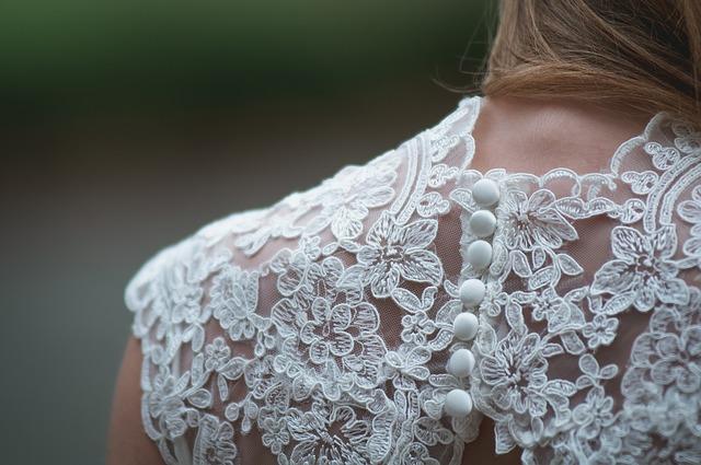 šaty s krajkou a knoflíky