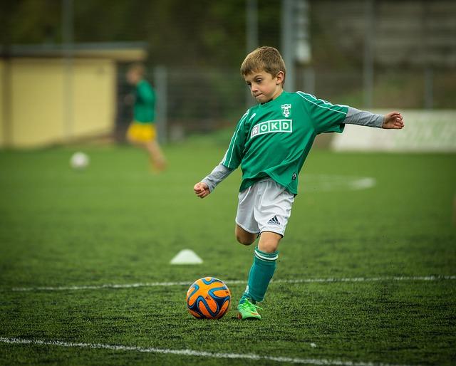 malý fotbalista v zeleném dresu