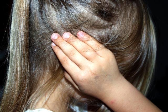 dítě se zacpanýma ušima