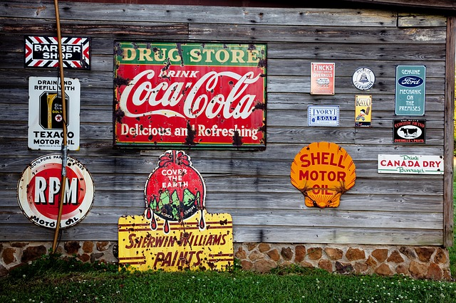 Reklamní loga na stěně