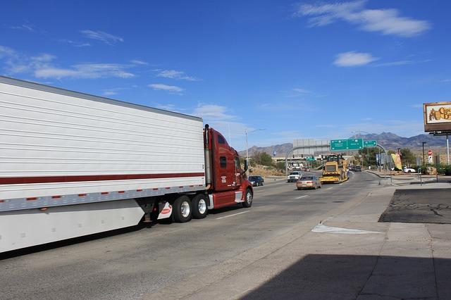 Bílý návěs s kamionem v USA