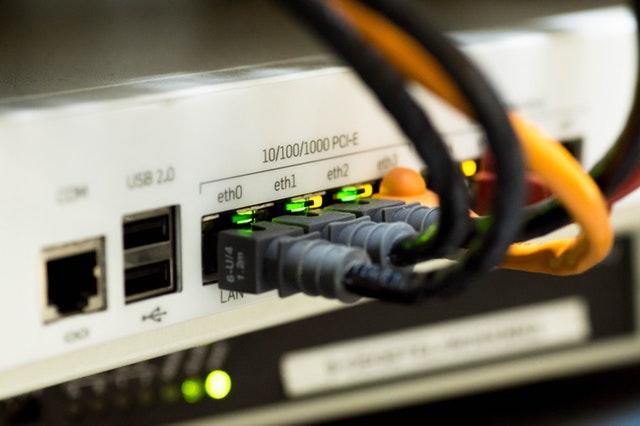 Zadní strana PC – kabely, kterými je připojen k internetu