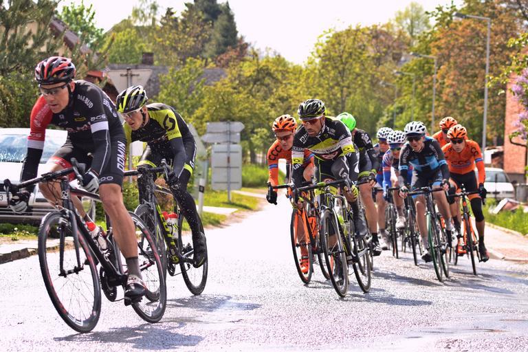 cyklisté v různých dresech