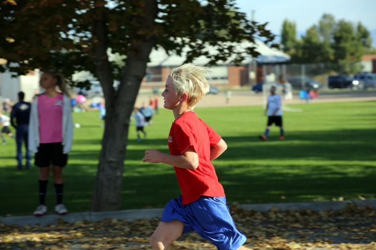 chlapec, který běží, také potřebuje funkční prádlo