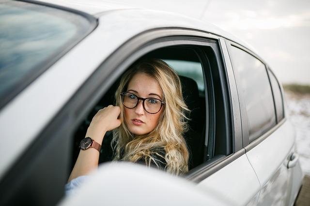řidička v autě