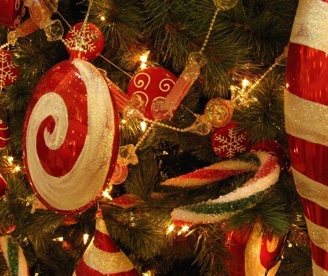 vánoční červená baňka na vánočním stromě