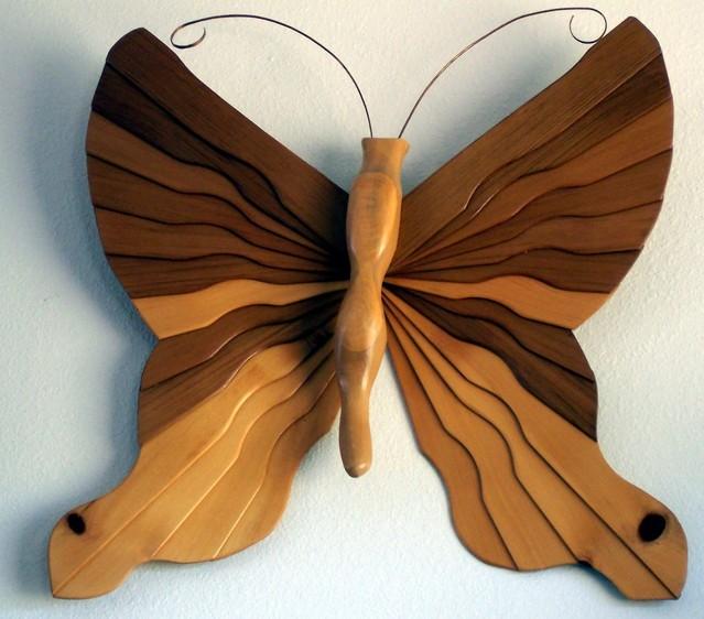 dřevěný dekorační motýlek na bílém pozadí