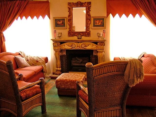 starý pokoj se spoustou dekorací