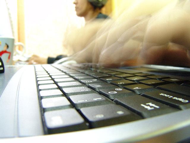 prsty hbitě tančí na klávesnici notebooku