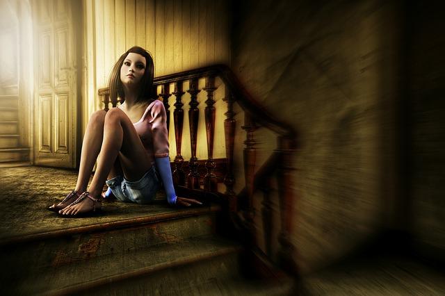 žena sedící na zemi