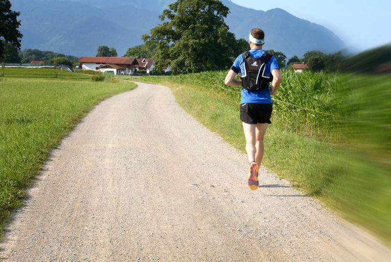 běžec na cestě