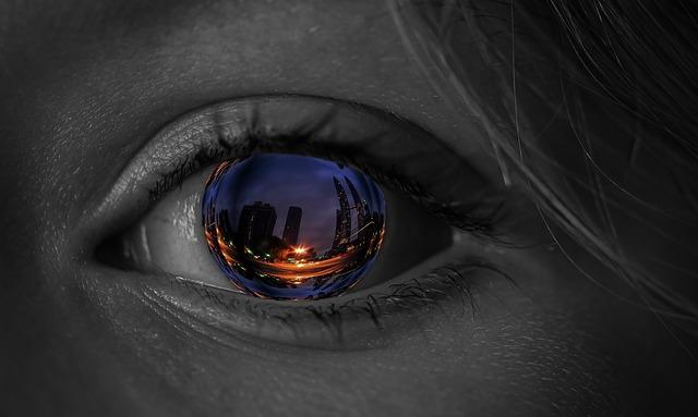 oko s odrážejícím se městem