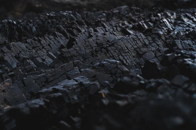 Sloj černého uhlí k topení
