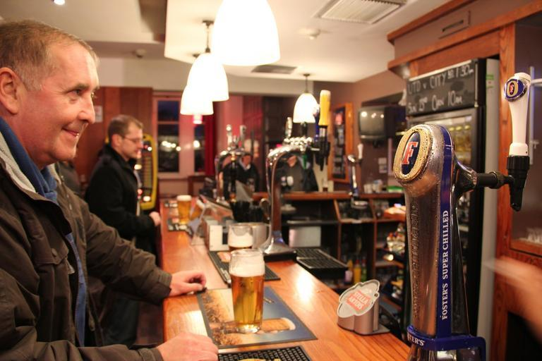 zákazník, který čeká na obsluhu u piva