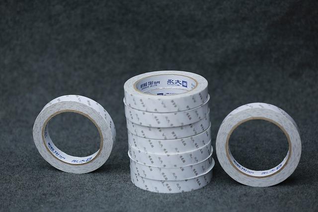 několik kotoučků s lepícími páskami