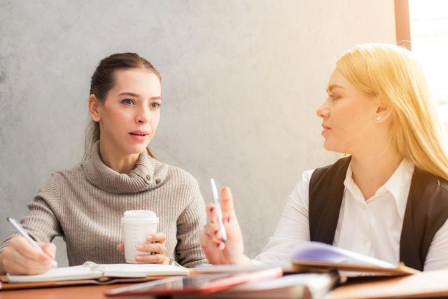 dvě ženy se baví o práci