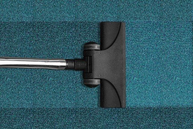 vysavač a modrý koberec