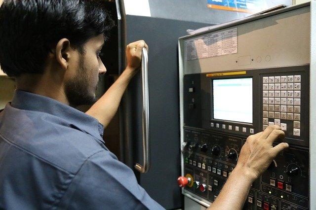 strojní průmysl – muž co ovládá stroj