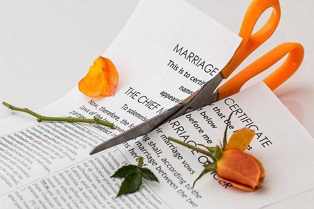 stříhání manželské smlouvy